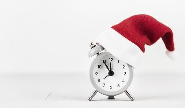 Часы в новогодней шапке